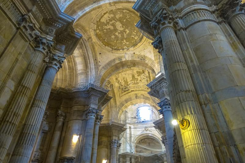 大教堂de圣克鲁斯的美妙的看法在卡迪士,西班牙在安大路西亚,在海园地del苏尔旁边 免版税库存照片