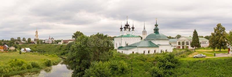 大教堂demetrius金黄环形俄国st旅行vladimir 苏兹达尔 河Kamenka和主教房子的全景 免版税库存照片