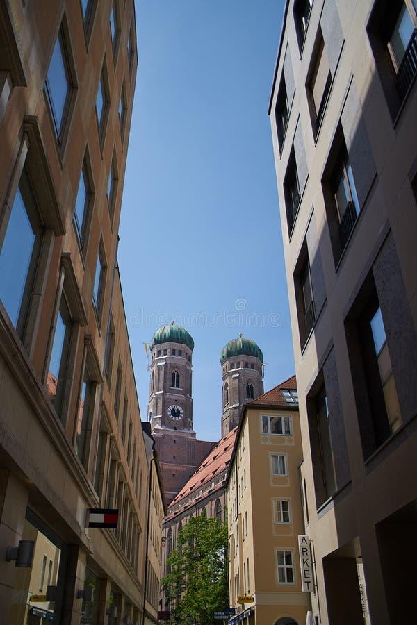 大教堂Frauenkirche的看法在慕尼黑,德国,从小巷 库存照片