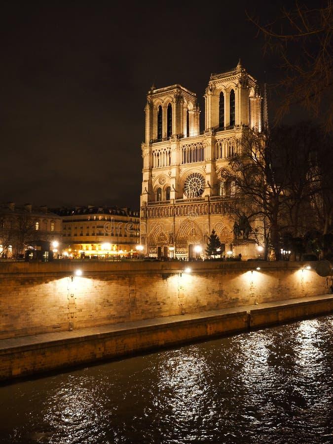 大教堂Notre Dame在巴黎,法国,在晚上 图库摄影