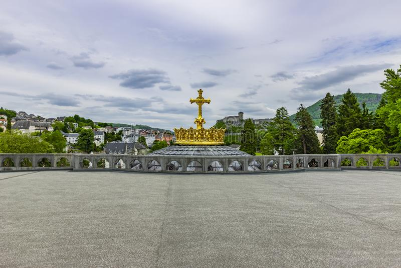 大教堂Notre Dame金黄冠在卢尔德 库存图片