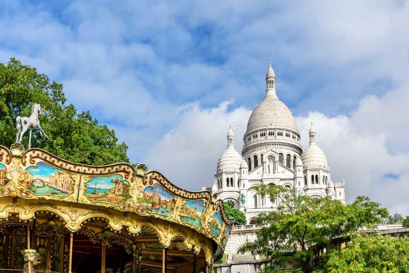 大教堂Sacre Coeur在有转盘的蒙马特在巴黎,法国 图库摄影