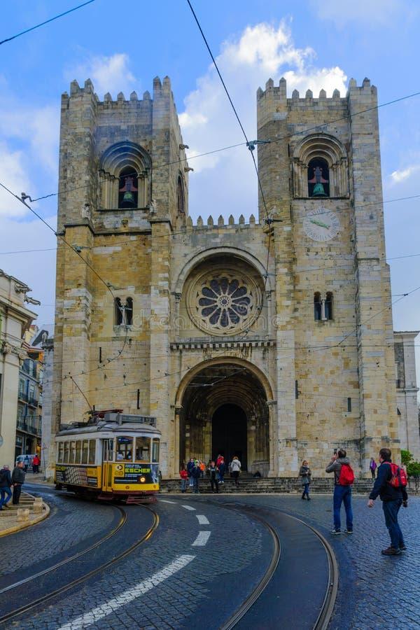 大教堂Se,与一辆电车,在里斯本 库存照片