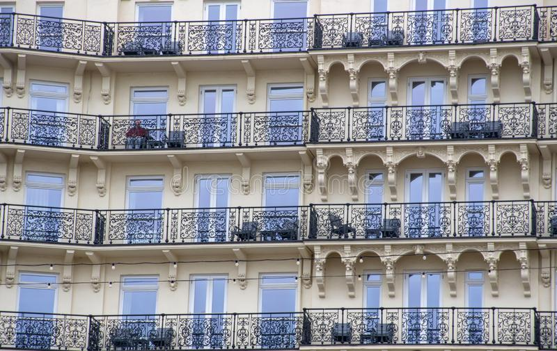 大旅馆阳台有孤零零人的 图库摄影