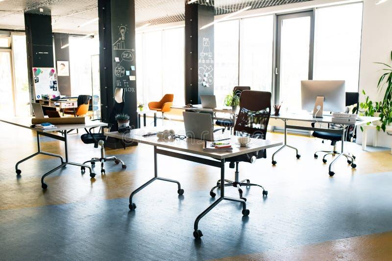 大明亮的空的现代办公室内部在工作以后 库存图片