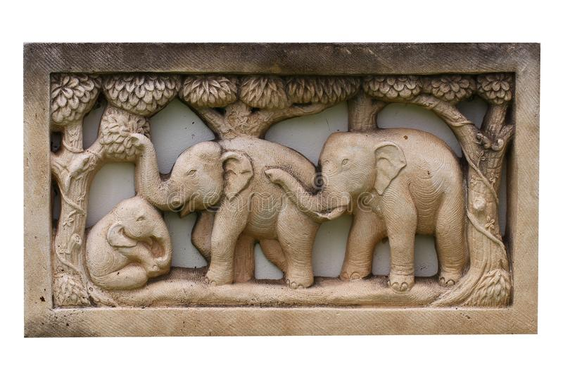 大木父母大象和孩子绘与棕色颜色,雕刻在白色背景隔绝的木头 库存照片