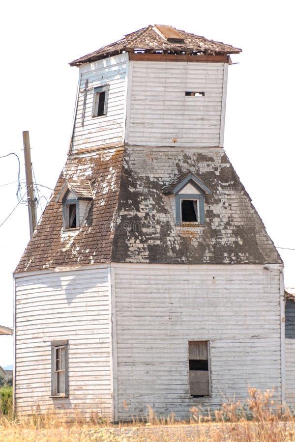 大木被手工打造的房子在农场 免版税库存照片