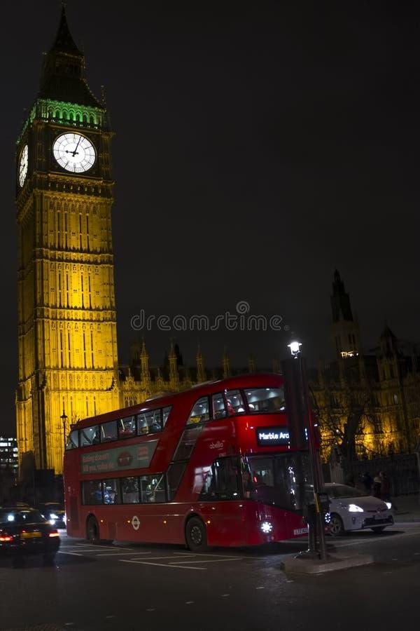 大本钟、威斯敏斯特桥梁和红色双层公共汽车在伦敦 图库摄影