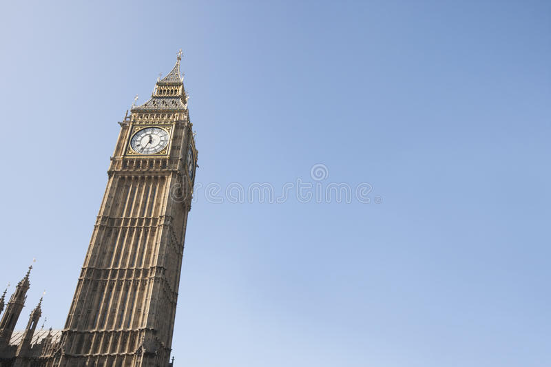 大本钟低角度视图反对清楚的天空的在伦敦,英国,英国 库存照片