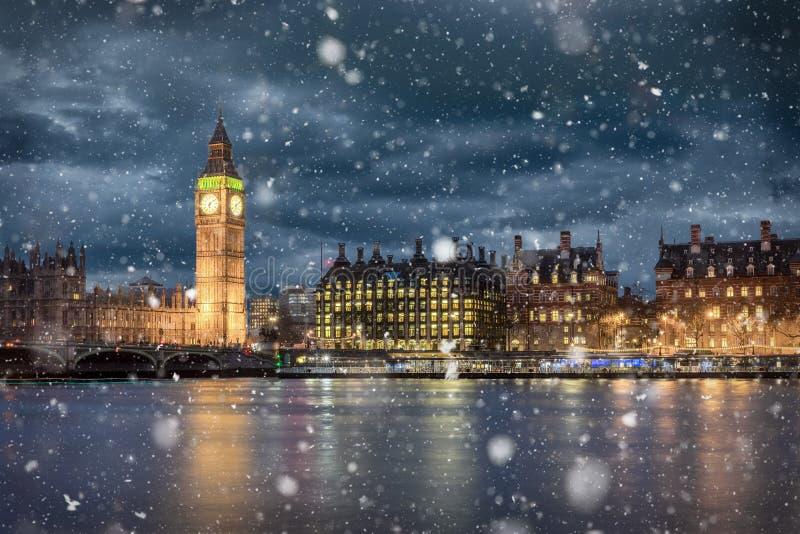 大本钟和威斯敏斯特在冷的冬天夜 库存照片