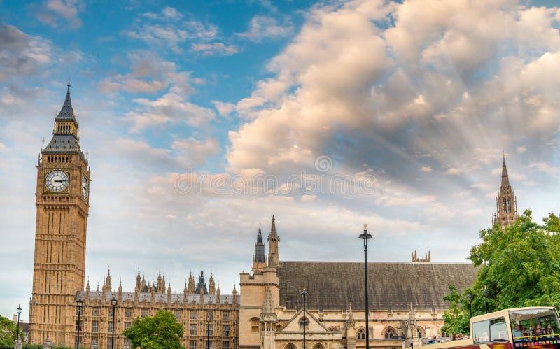 大本钟和威斯敏斯特宫殿日落视图有城市交通的, 库存照片