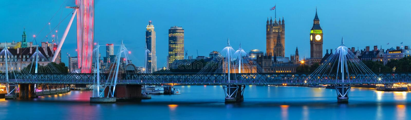 大本钟和威斯敏斯特桥梁全景都市风景有泰晤士河的伦敦英国英国 库存照片