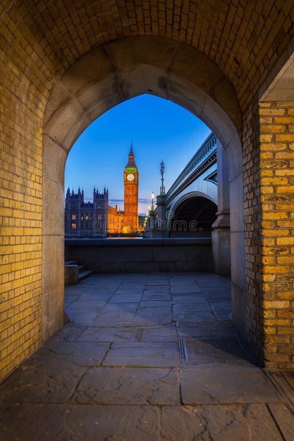 大本钟和威斯敏斯特桥梁在伦敦在晚上 免版税库存图片