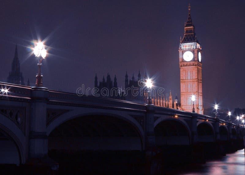 大本钟和威斯敏斯特桥梁在晚上在伦敦英国英国 免版税库存照片