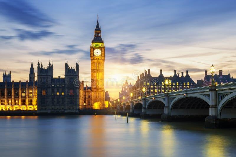 大本钟钟楼在日落的伦敦 库存图片