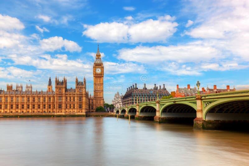 大本钟,在泰晤士河的威斯敏斯特桥梁在伦敦,英国,英国 免版税库存照片