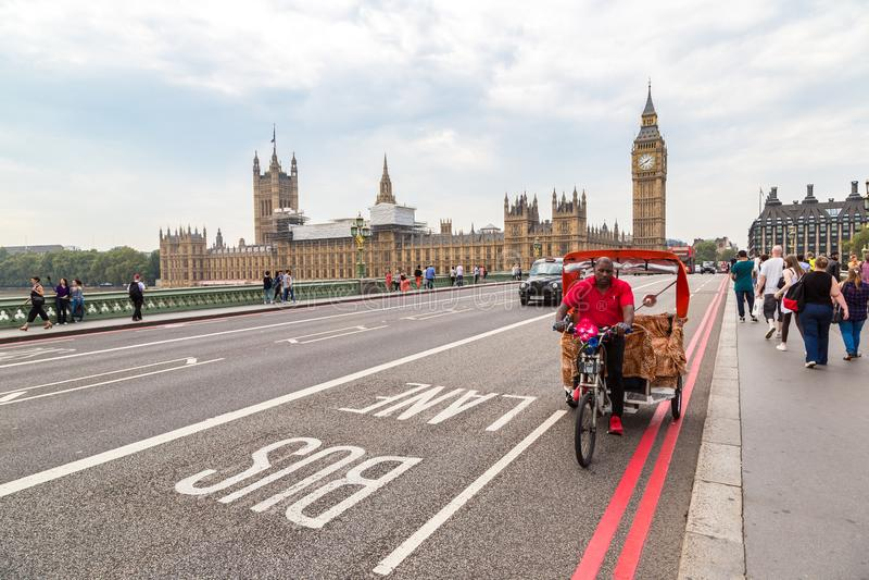 大本钟,威斯敏斯特桥梁,红色公共汽车在伦敦 库存照片