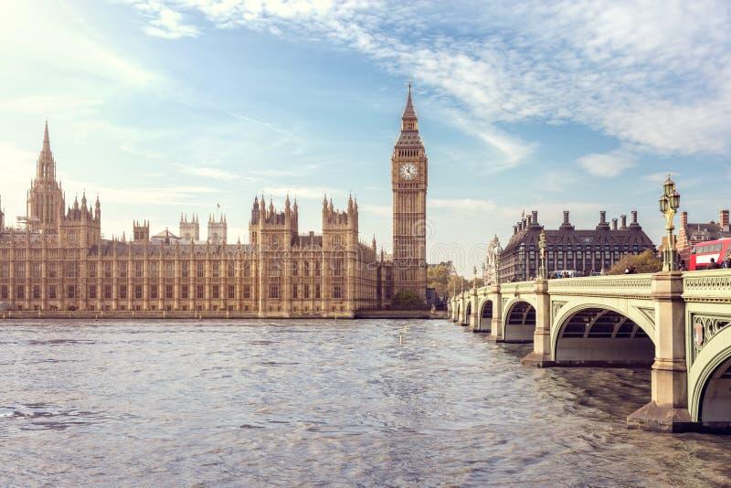 大本钟,议会和威斯敏斯特桥梁议院在伦敦 免版税库存图片