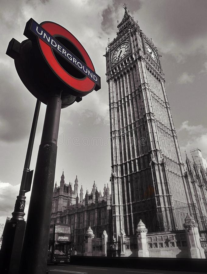 大本钟&地下签到伦敦 免版税库存照片