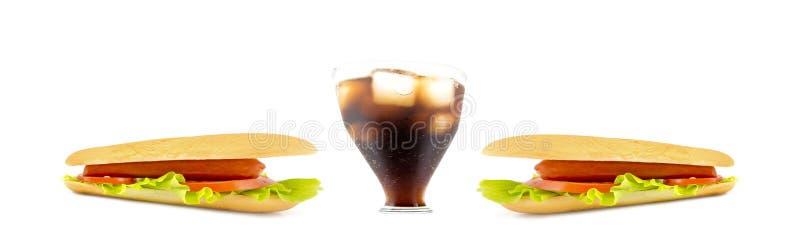 大杯与热狗的苏打在白色隔绝的边 鱼眼睛视图透视 免版税库存图片