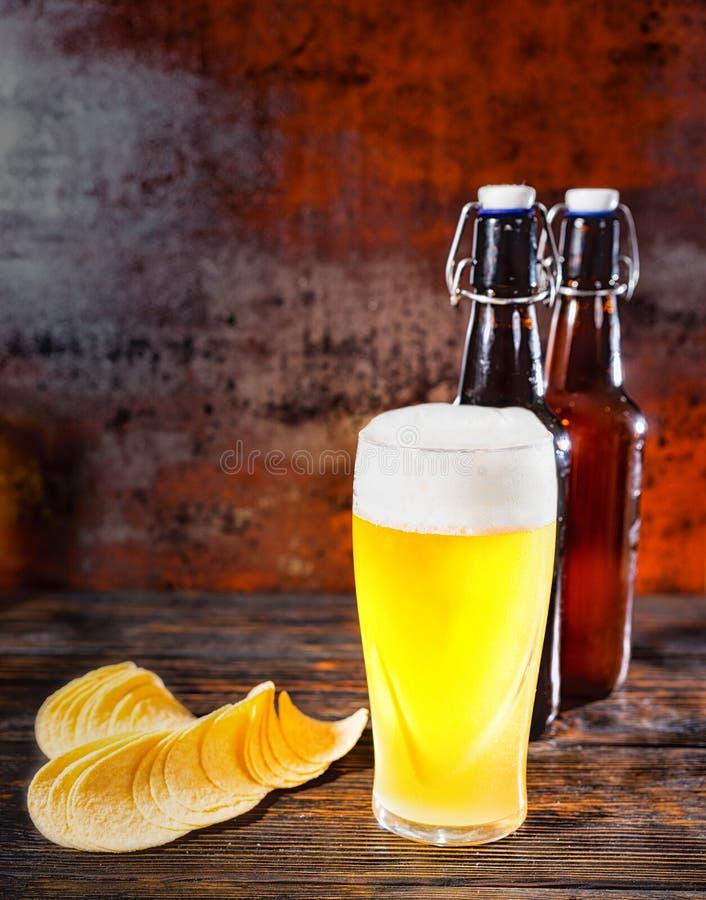 大杯反对两的新近地倒的未过滤的低度黄啤酒是 库存照片
