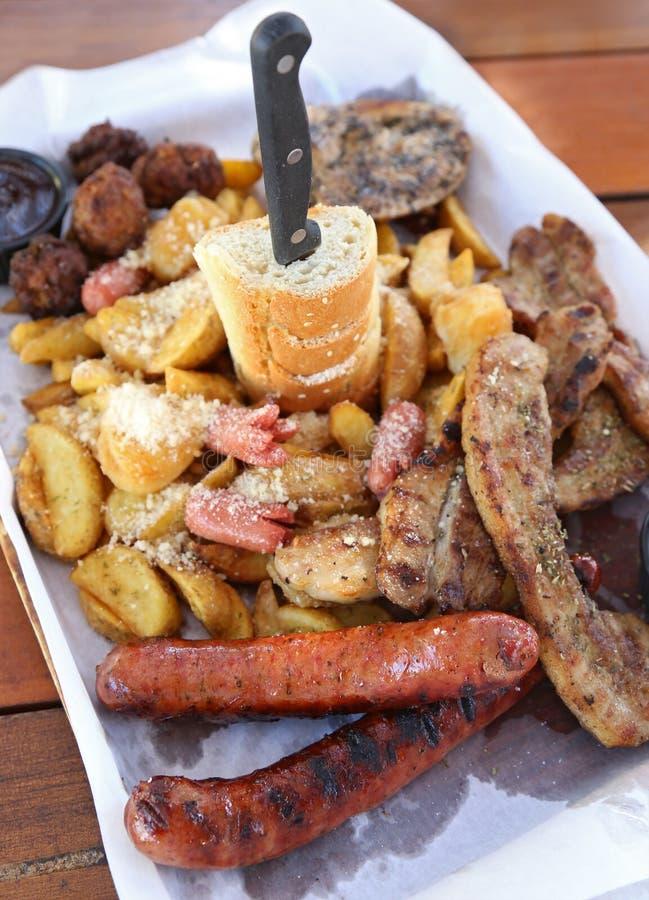 大板材以肉-烤牛排、丸子、鸡、香肠、面包和土豆油炸物可口品种  库存图片