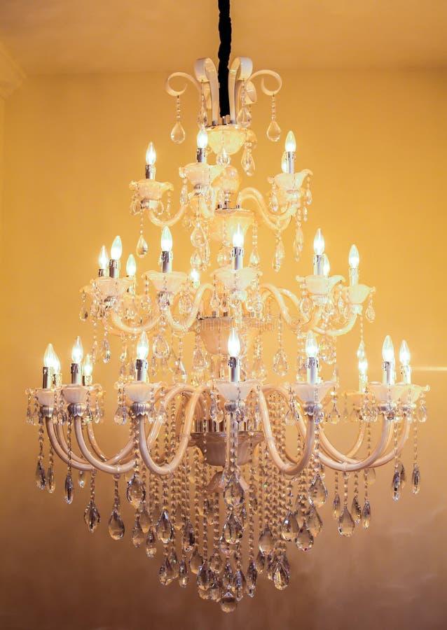 大枝形吊灯在天花板垂悬了在大厅里 免版税库存照片