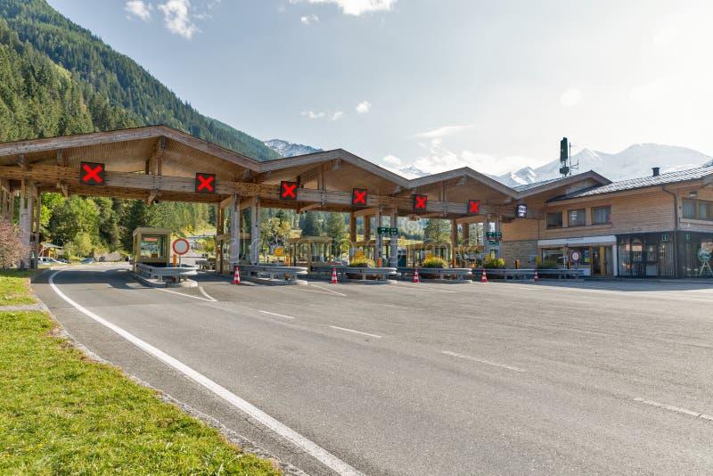大格洛克纳山高高山路检查站在奥地利阿尔卑斯 免版税库存照片