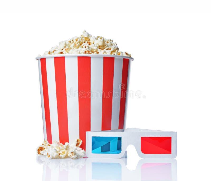 大桶与3d彩色立体图玻璃的开胃咸玉米花 免版税图库摄影