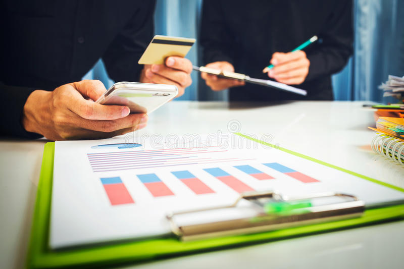 大桶和贷款利率由根据税务规章银行计算了 图库摄影
