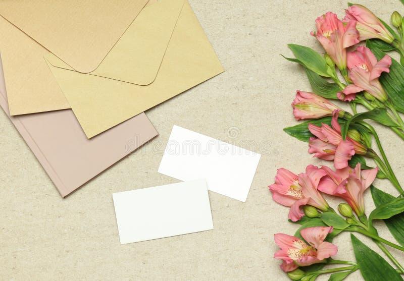 大模型与花,笔记,信封的名片 免版税图库摄影