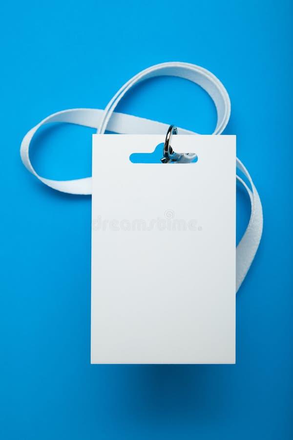 大模型在蓝色背景的卡片徽章 库存照片