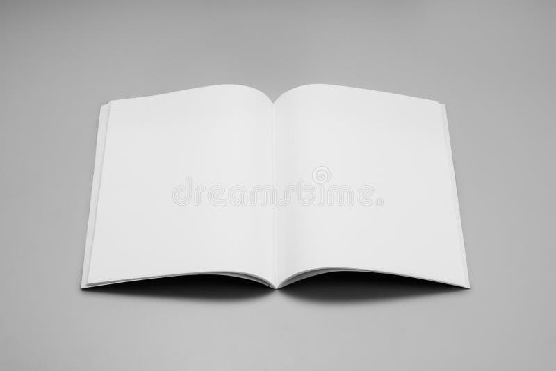 大模型杂志、书或者编目在灰色桌背景 免版税库存图片