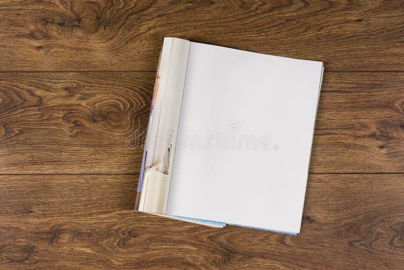 大模型杂志或编目在木桌背景 免版税库存照片