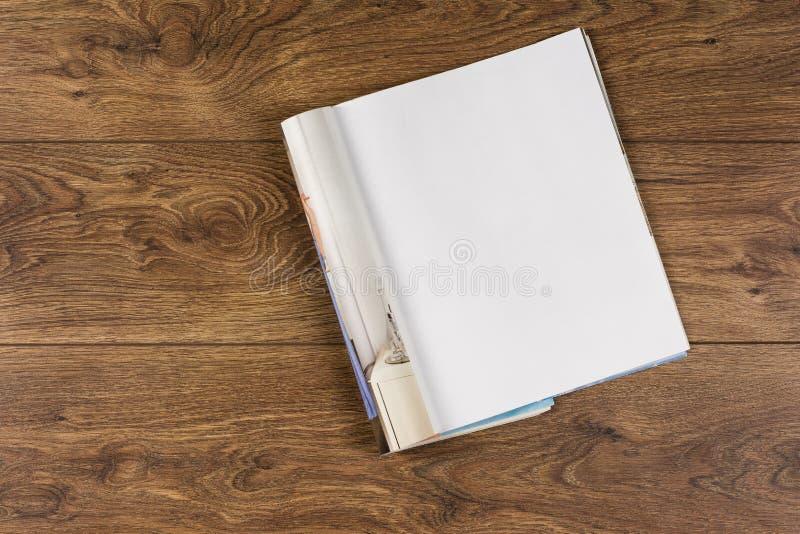 大模型杂志或编目在木桌背景 免版税库存图片