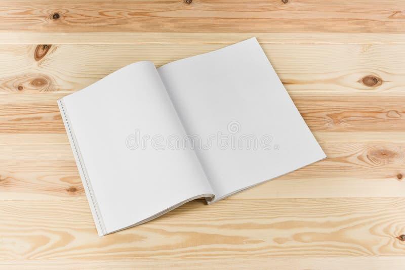 大模型杂志或编目在自然木桌背景 免版税库存照片