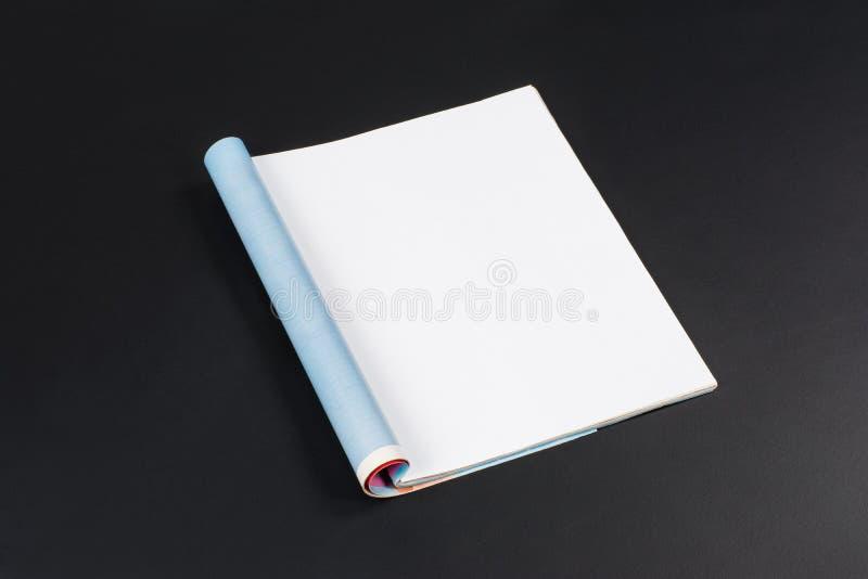 大模型杂志或编目在黑黑板背景 库存图片