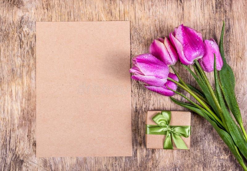 大模型纸 r 礼物盒和郁金香 E 免版税库存图片