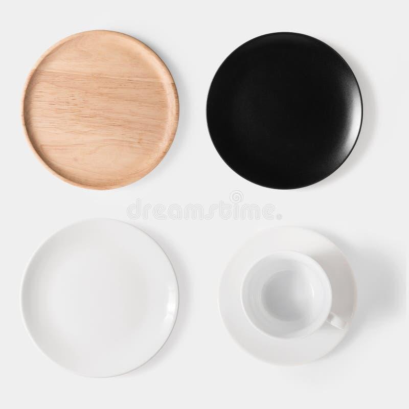 大模型黑盘、白色盘、木板材和咖啡se 库存图片