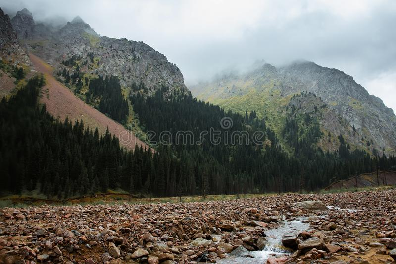 大横向山山 阿尔玛蒂 河的谷Talgar 卡扎克斯坦 免版税库存图片