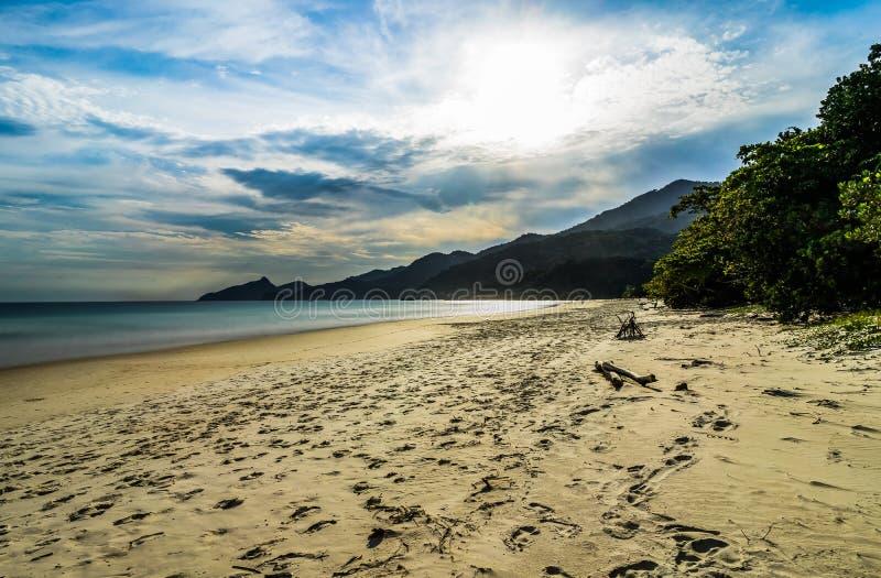 大步慢跑Mendes海滩在Ilha重创在里约热内卢巴西南部 免版税库存照片