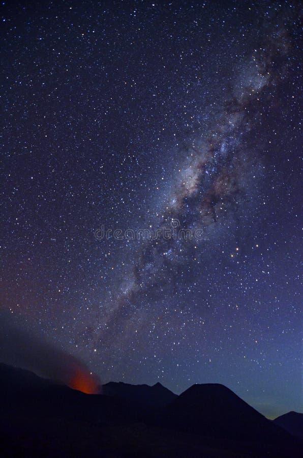 大气在登上布罗莫火山沙漠有nightscape和爆发的 免版税图库摄影