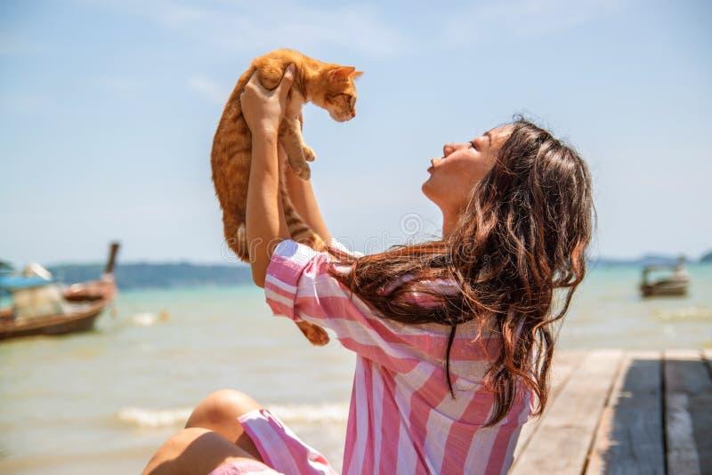 大气年轻美丽的亚裔妇女生活方式坦率的照片假期戏剧的与猫 库存照片