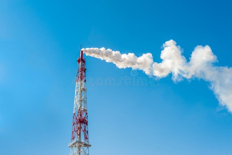 大气污染有烟的烟囱工厂反对蓝天 免版税图库摄影