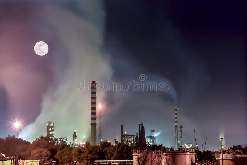 大气污染由油工厂,里窝那,托斯卡纳,意大利生产了 免版税库存图片