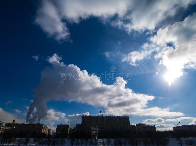 大气污染的图片在莫斯科天空的  免版税库存图片