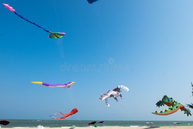 大气球鲸鱼风筝显示自己在2017年3月10-12期间,在查家是泰国国际风筝节日的2017海滩, 库存图片