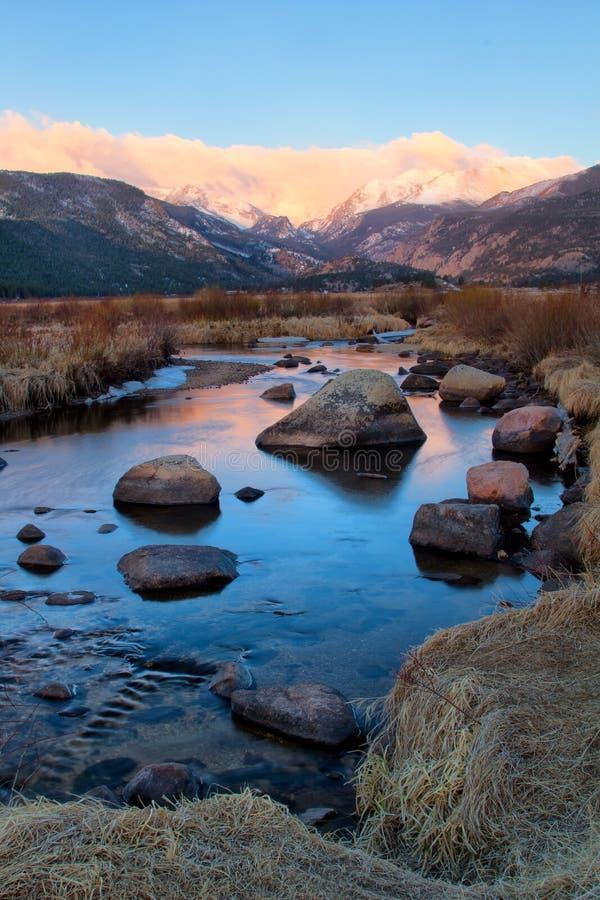 大汤普森河流经落矶山脉国民同水准 库存图片