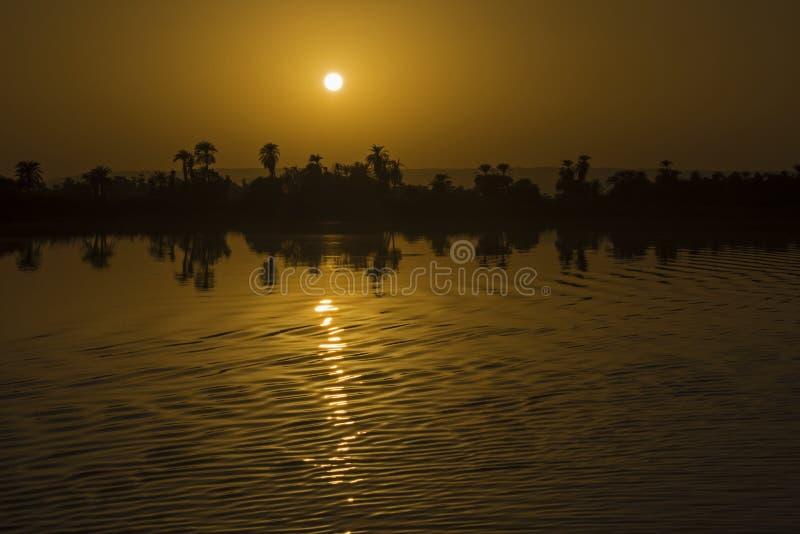 大河尼罗风景视图在日落的埃及 免版税库存照片