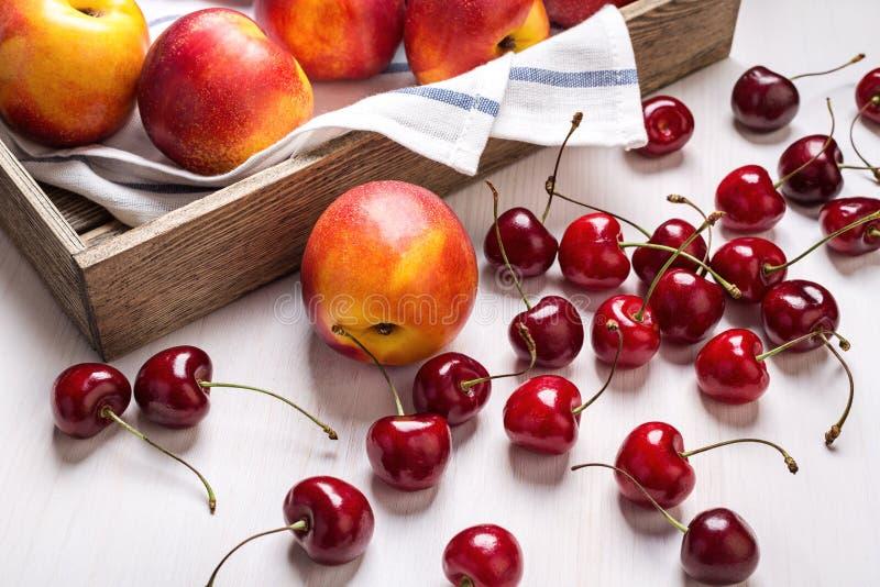 大油桃和樱桃 免版税库存图片